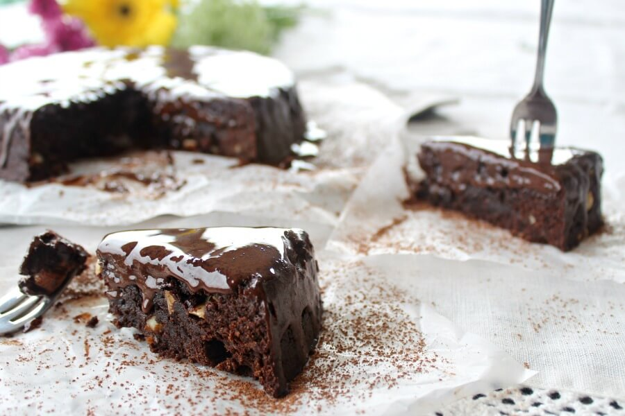 The Best Chocolate Brownie Cake - You won't believe how DELICIOUS this Sugar & Dairy Free cake recipe is! It's easy to make & will satisfy any chocolate craving. I LOVE this cake! | berrysweetlife.com | www.berrysweetlife.com