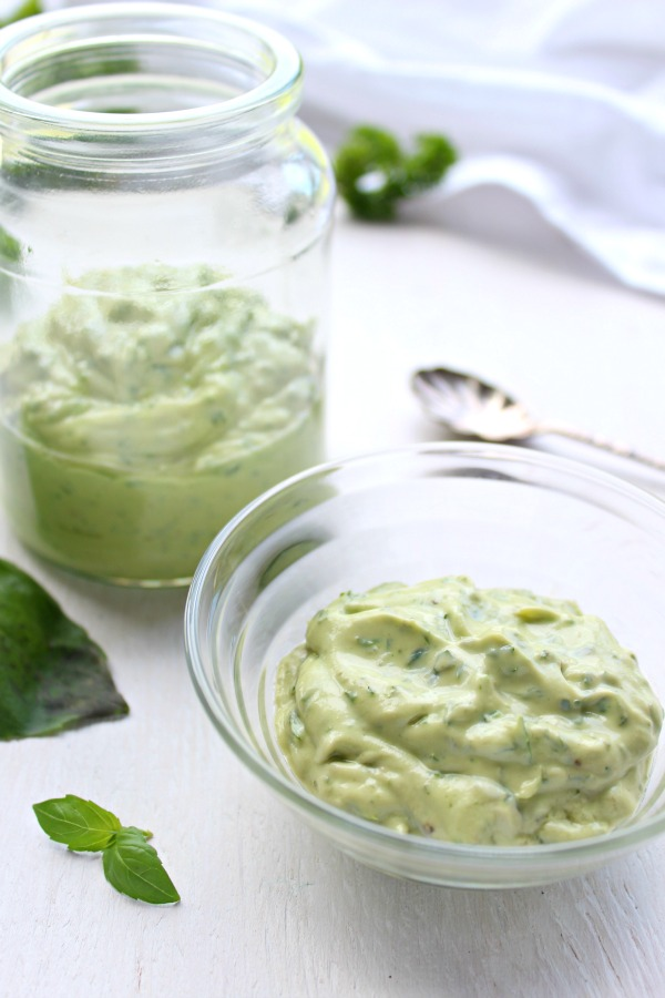 The Best Herby Avocado & Yoghurt Pesto Sauce. A creamy pesto sauce that is very quick & easy, healthy and versatile. No oil added, full of goodness! | berrysweetlife.com