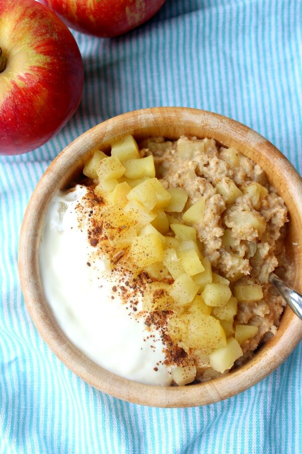 10 Minute Apple Pie Breakfast Oatmeal. Healthy oatmeal with all the flavours of freshly baked apple pie! Your whole family will love this | berrysweetlife.com