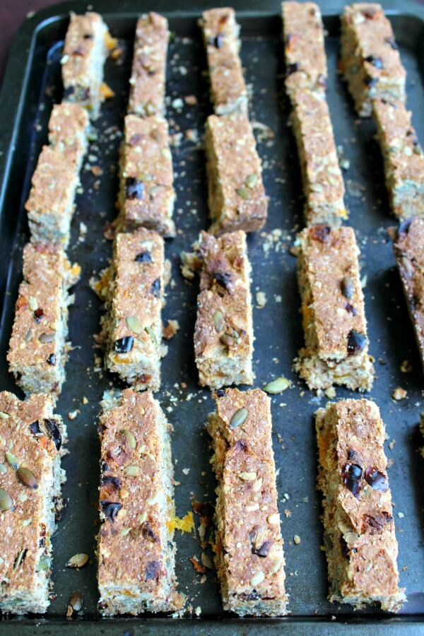 Mango Date Brown Flour Muesli Rusks. A healthy South African rusk recipe that is easy to make, naturally sweetned and packed full of goodness! | berrysweetlife.com