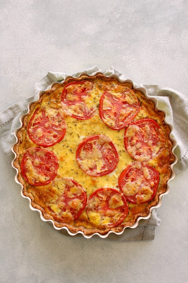This Easy Cheese Crust Tomato Quiche is full of summer flavours and perfect for dinner or lunch! Made with an easy cheese crust, this is a family favourite! | berrysweetlife.com