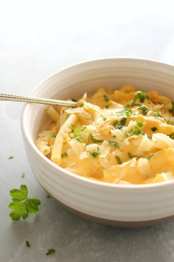 Healthier Butternut Quinoa Macaroni Cheese. Gluten free hearty winter fare that is FULL of flavour and healthy goodness. Kids will adore this dish!   berrysweetlife.com
