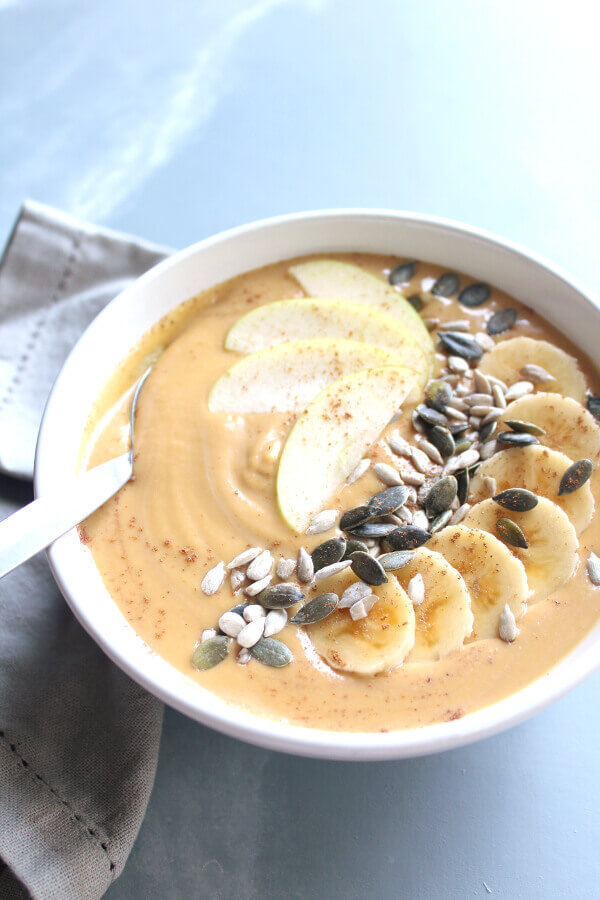 All your pumpkin pie flavours in this healthy, thick, creamy, dairy free and amazingly delicious Incredible Pumpkin Pie Smoothie Bowl that is easy to make | berrysweetlife.com