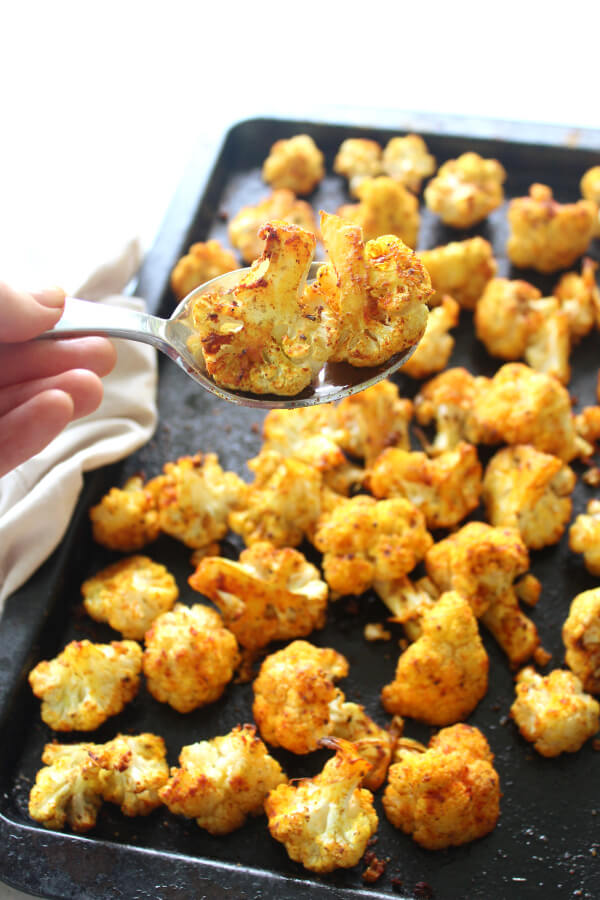 25 minute vegan Golden Spice Roasted Cauliflower is unbelievably delicious! Crispy on the edges, flavourful, and packed with vitamins, minerals, antioxidants and anti-inflammatories. Such an easy side dish! | berrysweetlife.com