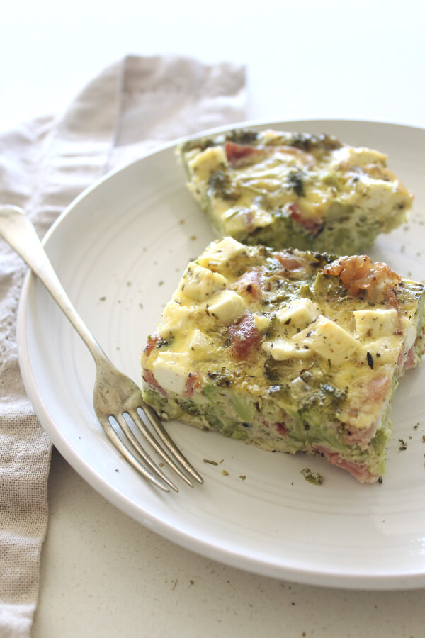 A simple, mouthwateringly delicious, G-free Bacon Broccoli And Feta Crustless Quiche made with bacon, lots of broccoli, fresh garlic, eggs, feta cheese | berrysweetlife.com